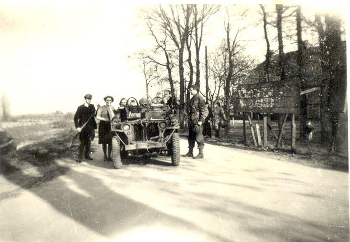 Op de kruising in Ane, net buiten Gramsbergen, wachten inwoners een jeep met Canadezen op.
