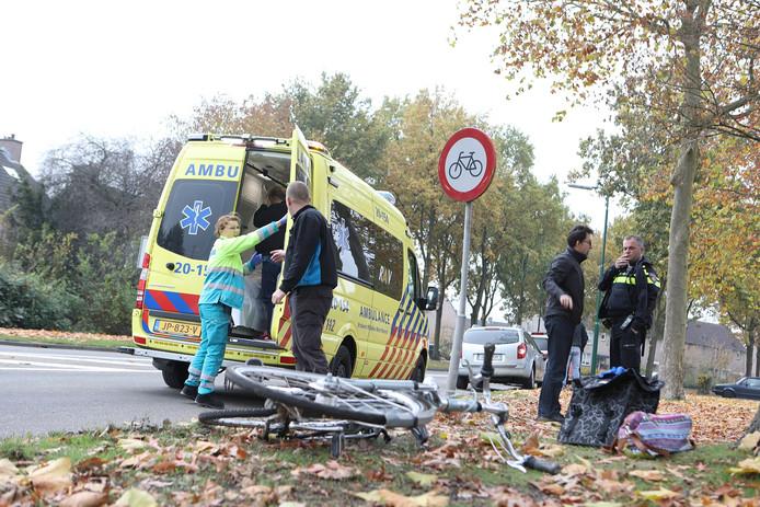 De fiets raakte zwaar beschadigd bij de aanrijding.