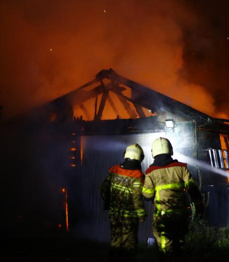 Politie vermoedt hennepkwekerij in afgebrande schuur in Epe
