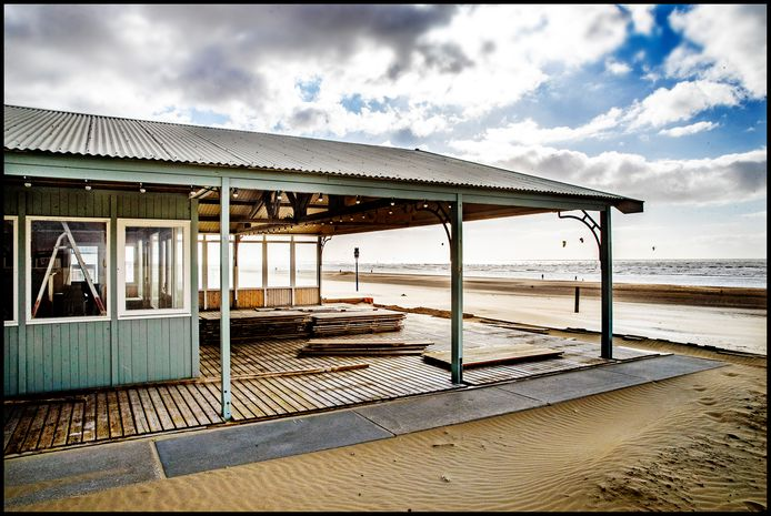 Rust op het strand van Zandvoort.  Strandtenten liggen er leeg en verlaten bij.