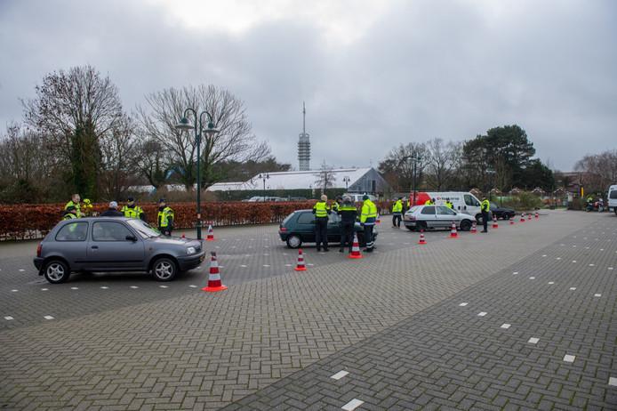 Agenten controleren voertuigen aan de Hoorn in Alphen.