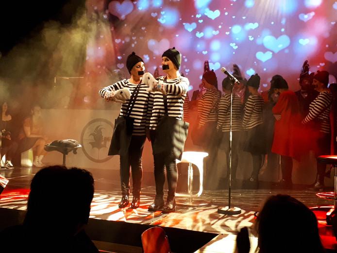 In hoog tempo rijgen de Toet'nbloazers hun optredens aaneen. De stemming zit er meteen goed in.