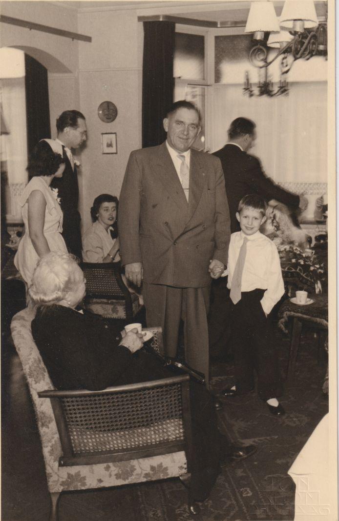 Hans naast zijn vader.