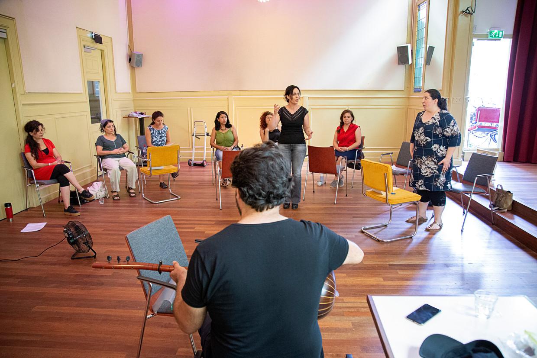 Repetitie van De Smekelingen, het stuk over en door gevluchte vrouwen dat Albrecht zelf regisseert.  Beeld Jan Boeve
