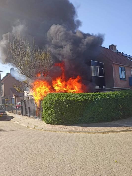 De vlammen laaien hoog op bij de hoekwoning in de Woudrichemstraat in de Arnhemse wijk De Laar-West. Het huis raakte zwaar beschadigd. Er vielen geen gewonden.