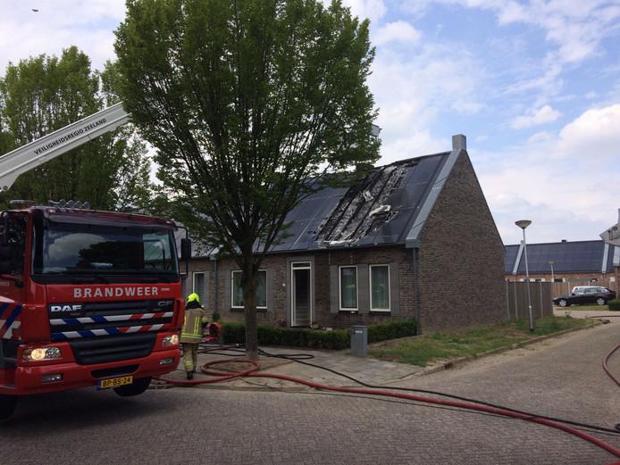 Door een niet goed aangesloten connector tussen en onder de zonnepanelen, ontstond vorig jaar juni brand op het dak van een woning aan de Oude Polderstraat.