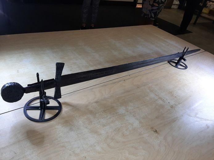 Une épée médiévale, datant probablement d'il y a 900 ans, a été découverte à Nieuwegein, aux Pays-Bas.