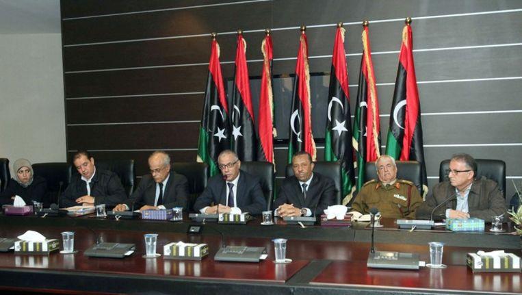 De Libische minister president Ali Zeidan (midden) staat met andere leden van de regering in november de pers te woord over de gespannen situatie in het land. Beeld epa