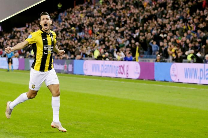 Vitessenaar Oussama Darfalou juicht na zijn vroege goal tegen De Graafschap.