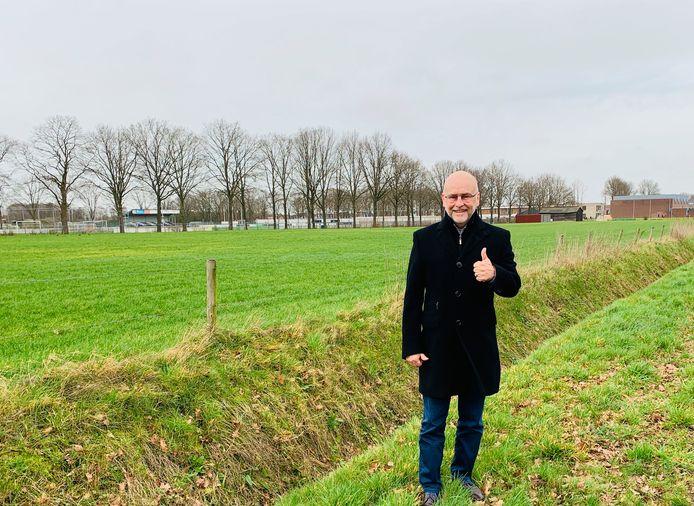 Jan Mollen bij de aangekochte grond voor een woonwijk met 60 huizen. Door de coronacrisis vormen grondexploitaties echter een risico.
