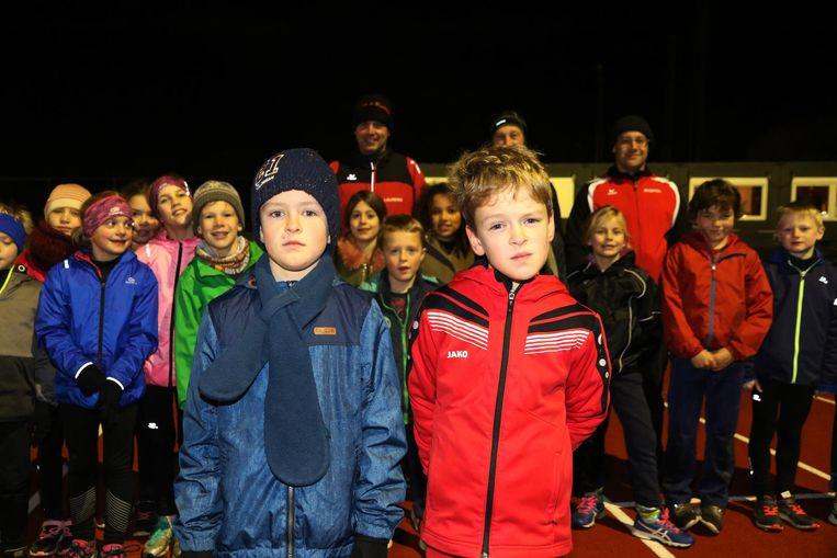 De 8-jarige tweeling Owen en Billie Degraeve. Billie werd als 300ste lid ingeschreven bij atletiekclub Hoppeland.