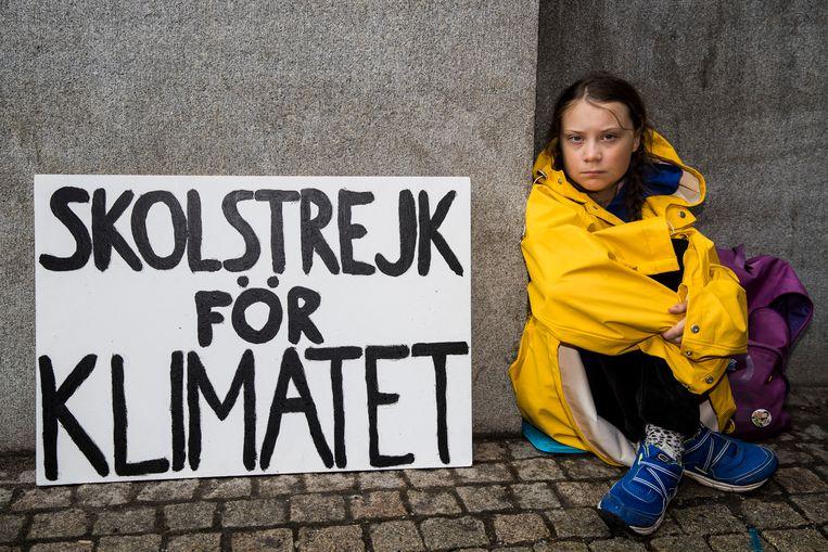 De 15 jaar oude Greta Thunberg leidt een schoolstaking in Stockholm om Zweden bewust te maken van klimaatverandering.  Beeld