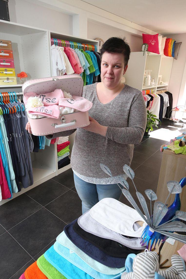 Caroline Deleu (32) heeft in Kuurne 't Borduurhuis geopend.