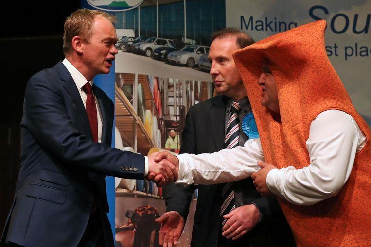 Kandidaat Fishfinger schudt de hand van Liberaal-Democraat Tim Farron (l). Beeld afp