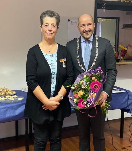Carla Hendriks ontvangt Koninklijke Onderscheiding voor 22 jaar bij De Zonnebloem