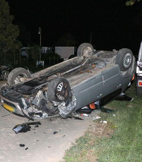 Auto slaat over de kop en ramt twee geparkeerde auto's op doodlopende weg bij Emmeloord
