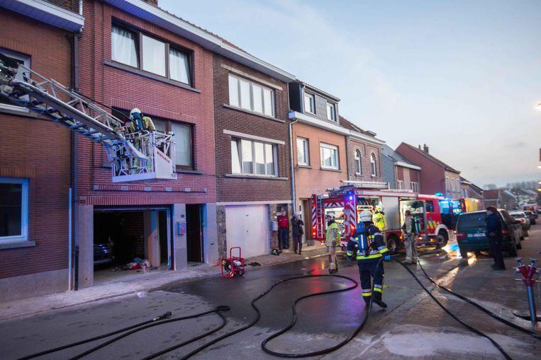 De brandweer is volop aan het werk in de Frans Van der Steenstraat.