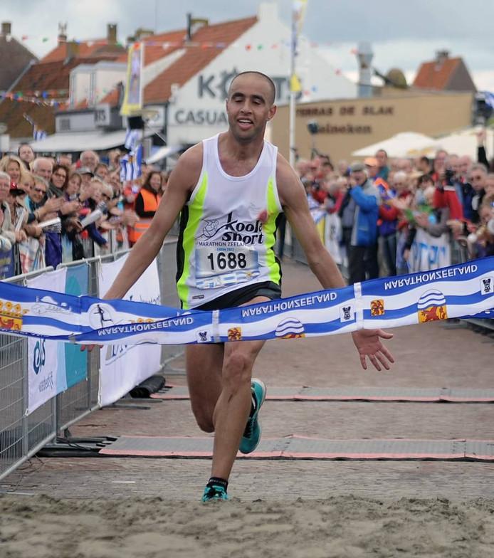 De Marokkaan Hicham el Barouki wint in 2012 in Zoutelande de tiende editie van de Kustmarathon.