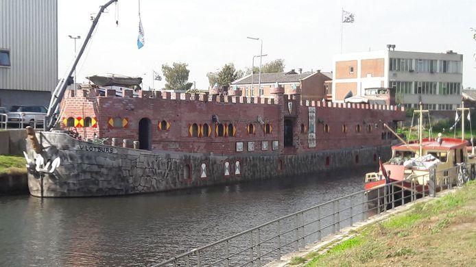 Het schip Vlotburg ligt zeven weken naast de brandweerkazerne langs de Eem.