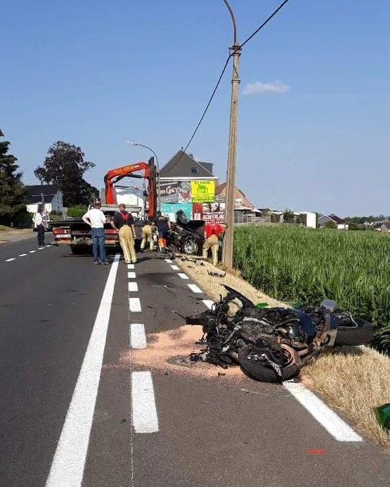 De motorrijder en de auto raakten zwaar beschadigd bij de aanrijding.