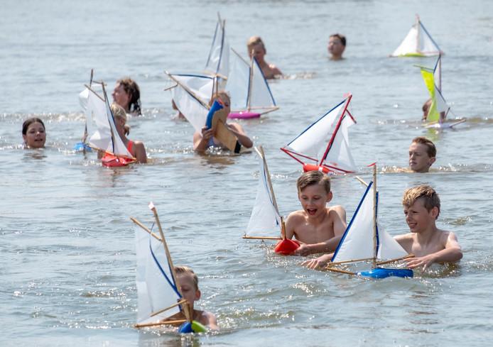 Leerlingen van de basisschool  De Zonnewijzer uit het Zeeuwse Zonnemaire testen hun zelfgemaakte zeilbootjes.