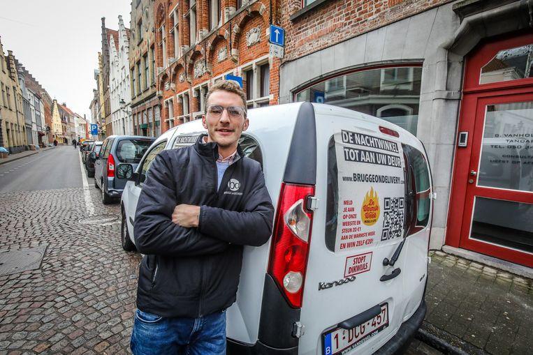 Stijn Labeur rijdt voortaan vanaf 20 uur de stad rond met bestellingen. Hij speelt zo in op het dalende aantal nachtwinkels.