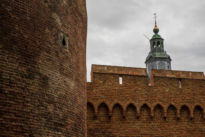De Walburgiskerk torent boven de historische stadsmuur van Zutphen uit.