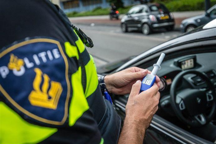 Een agent neemt een speekseltest af. Foto ter illustratie.