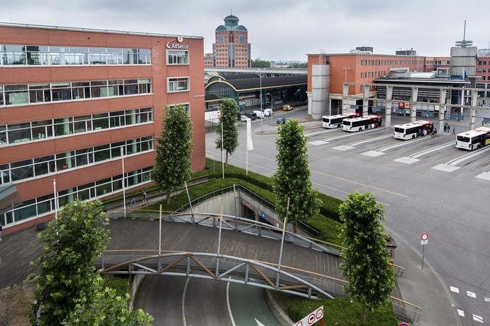 Het pand aan het Stationsplein, met zicht op het busstation
