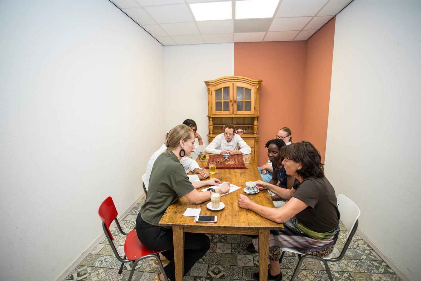 Dorine Ruter (links) overlegt met haar team en vrijwilligers over het menu.