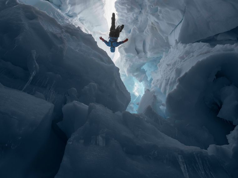 Kenzie inside a Melting Glacier, Juneau Icefield Research Program, Alaska, 2016 door Lucas Foglia. Beeld Lucas Foglia