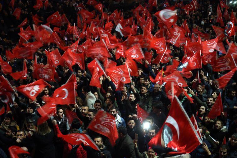 Aanhangers van de Turkse oppositiepartij CHP vieren de vroege resultaten.  Beeld EPA