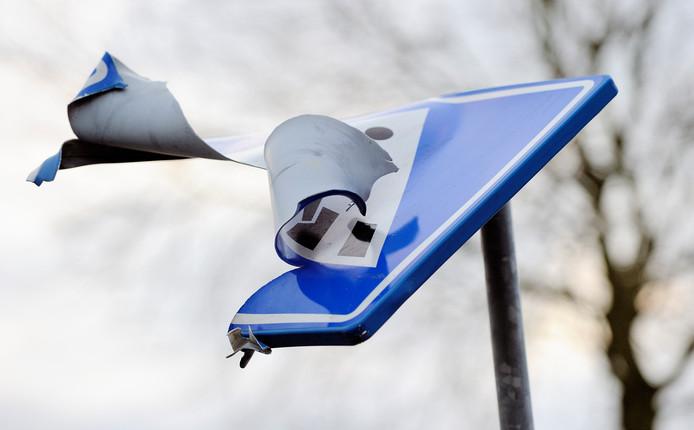 Vernielde verkeersborden komen regelmatig voor in bijvoorbeeld Kampen, Noordoostpolder en op Urk.