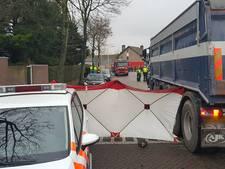 Fietsster zwaargewond door aanrijding met vrachtwagen in Tilburg
