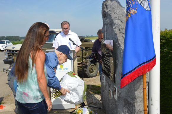 Henry Schultz, het enige nog levende bemanningslid, legt bloemen neer aan het monument in Outer.