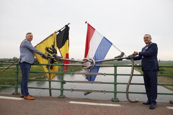 Burgemeesters Tollenaere en Hessels op de Pater Sangersbrug