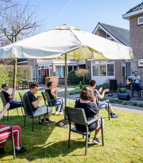 Bewoners Aveleijn willen in Tubbergen alleen maar Jannes horen: 'Mooi hè? Hij is goed!'
