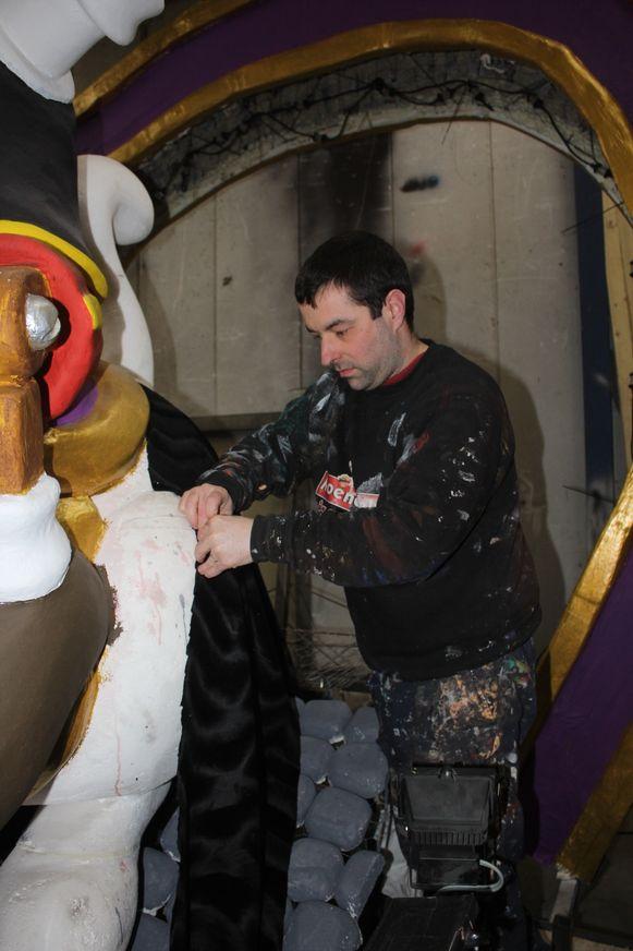 Kenny D'Hondt van de 'Melkmoilen' legt de laatste hand aan de praalwagen.