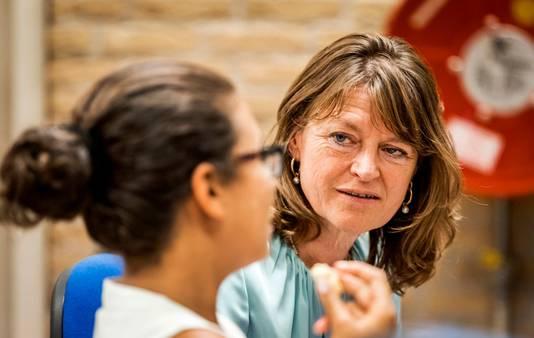 Kinderombudsvrouw Margrite Kalverboer in gesprek met kinderen.