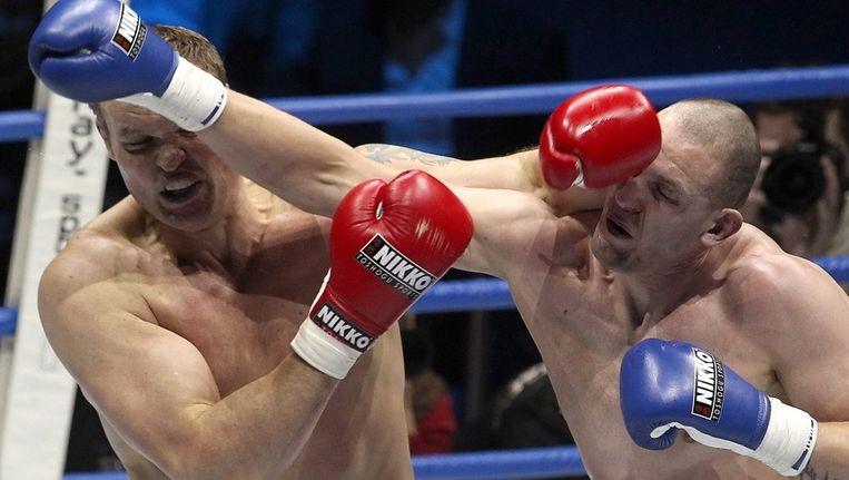 De Nederlandse kickbokser Sem Schilt (rode handschoenen) in gevecht met Brice Guidon uit Frankrijk Beeld ANP