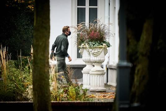 Coronaminister Hugo de Jonge loopt het Catshuis binnen.