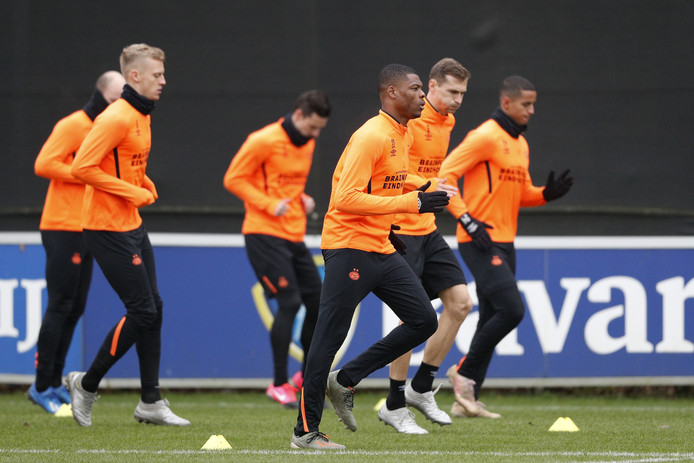 Trainende PSV'ers op De Herdgang. Voorlopig een beeld dat niet te zien is.