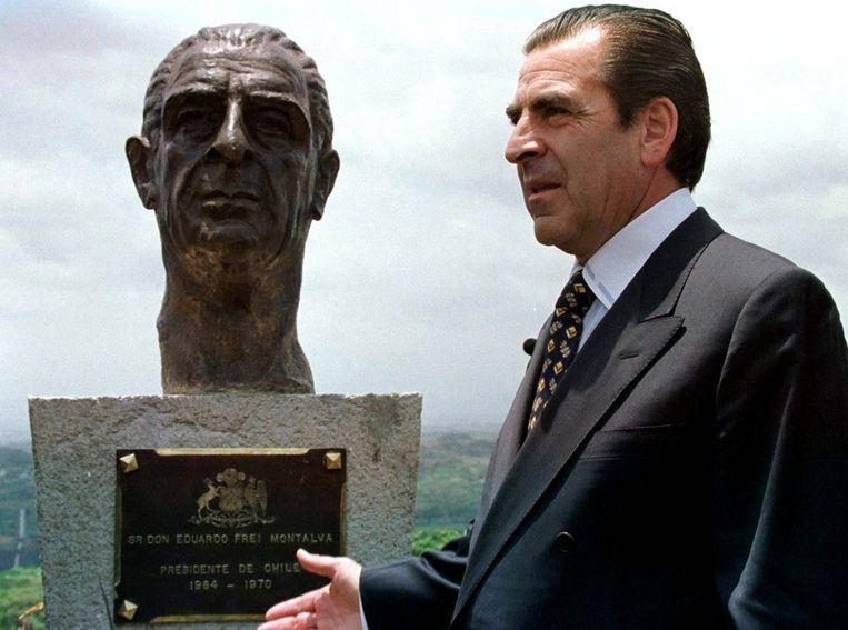 Eduardo Frei Montalva (een presidentskandidaat in Chili) bij het standbeeld van zijn vermoorde vader.