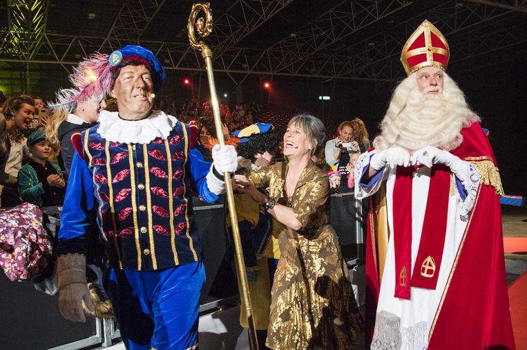 Sinterklaas en Zwarte Piet tijdens een kinderfeest in de Jaarbeurs in Utrecht. Beeld Piroscka van de Wouw, ANP