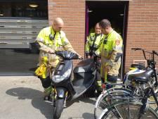 Brandweer rukt uit voor benzine lekkende scooter