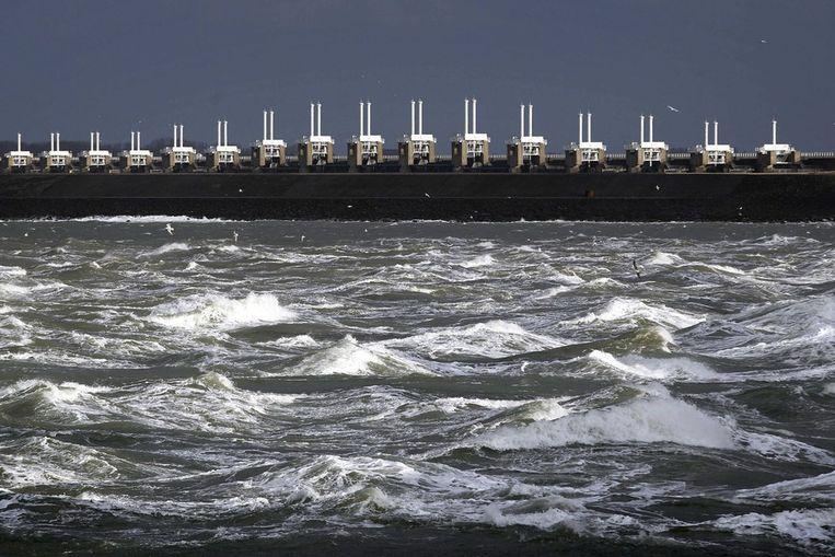 Hoog water bij de Oosterscheldekering in Zeeland. Beeld epa