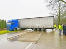 Vrachtwagen faalt met omkeerpoging om file te mijden, N397 bij Eersel nu ook vast
