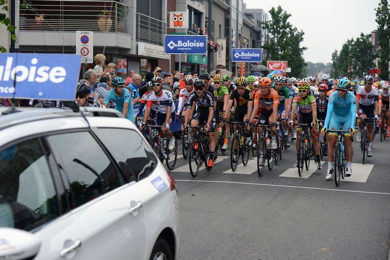 In plaats van na de eerste ronde te spurten, stopten de renners uit respect voor de slachtoffers van de valpartij zaterdag. Renner Stig Broeckx ligt nog in coma.