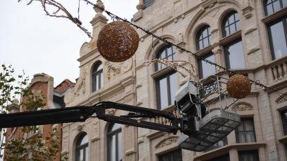 LED-lichtjes brengen feestelijke sfeer in de stad