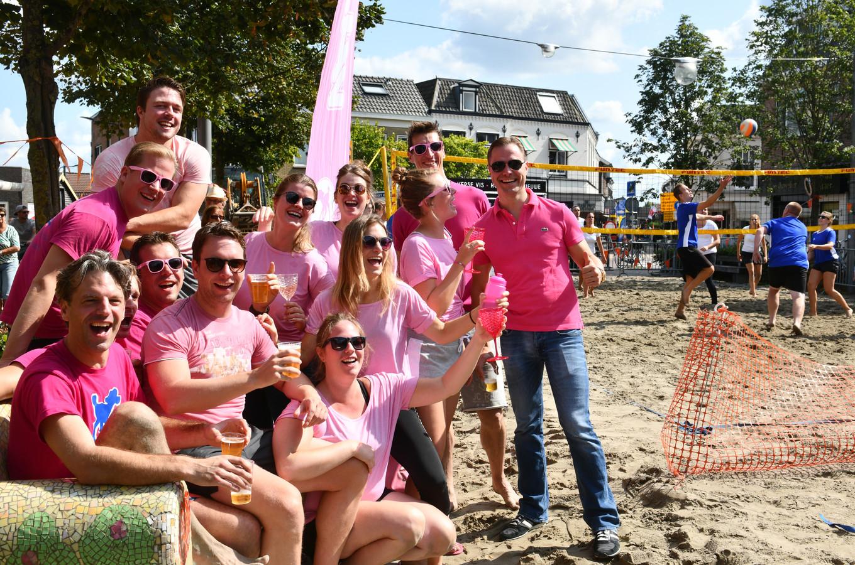 Bier en sport gaat prima samen op het beachvolleybaltoernooi.